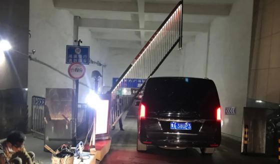 万厦物业停车场抬杆放行,开到一半车却被杆砸了